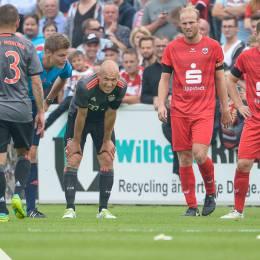 Arjen Robben vom FCB Bayern München scheidet verletzt bei einem Testspiel in Lippstadt aus
