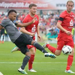 Julian Green vom FCB Bayern setzt sich bei einem Testspiel in Lippstadt gegen seine Gegner durch