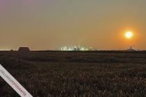 Aufgang des Mondes (!) kurz vor Mitternacht auf einem Stoppelfeld