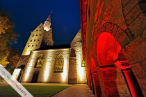 Mit der neuen Beleuchtungsinstallation rückt sich die Cyriakus-Kirche in Geseke in ein neues Licht.