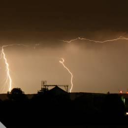Am Abend des 09.06.2014 durchziehen mehrere Gewitterfronten den Kreis Soest (NRW) in Richtung Osten. Gegen Mitternacht ziehen diese Richtung Paderborn, wo auf einem Höhenzug des Eggegebirges / Paderborner Hochfläche immer wieder Blitze einschlagen.
