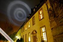 Eine Lichtwerbung erhellt den Störmeder Himmel