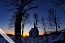 Sonnenaufgang an der Kapelle am Ortseingang