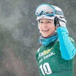 Selina Jörg (GER) freut sich nach dem Zieleinlauf über ihren zweiten Platz im Finallauf des Parallelslalom-Weltcups der Snowboarderinnen in Winterberg