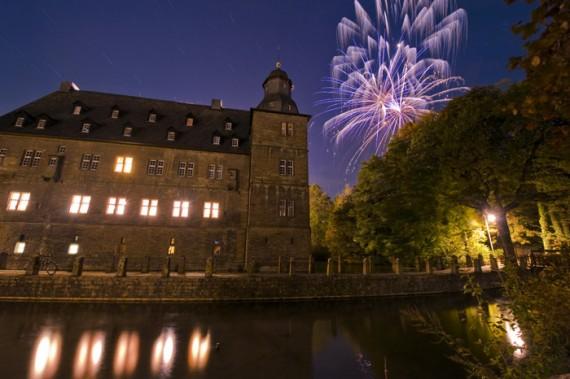 Nach der letzten Rakete des Feuerwerkes musste diese Aufnahme noch 9 Minuten belichtet werden, damit in der Dunkelheit das Gemäuer des Schlossgebäudes sichtbar wird.