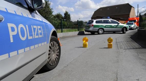 Polizeifahrzeuge sichern den Tatort (c) DPA