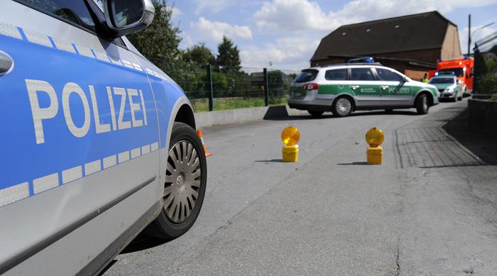Polizeifahrzeuge sichern den Tatort