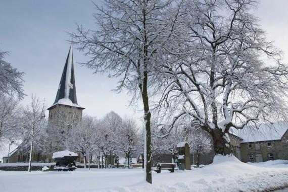 Friedlich sieht es derzeit in Berge aus. Die Baustelle an der Berger Straße in Erwitte (wir berichteten) reduziert dieser Tage die Ortsdurchfahrten, sodass die Ruhe der Winterimpressionen gut zur Geltung kommt. Die Schneefälle von Donnerstagnacht deckten sogar die Bäume noch einmal komplett ein.