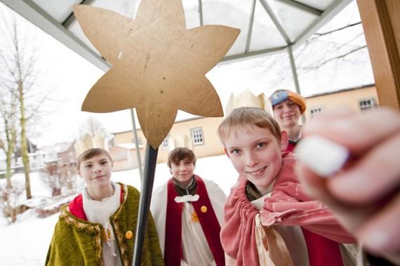 Nach dem Gottesdienst in der Störmeder St. Pankratius Kirche werden die Sternensinger des Pastoralverbandes Geseke Land ausgesendet.