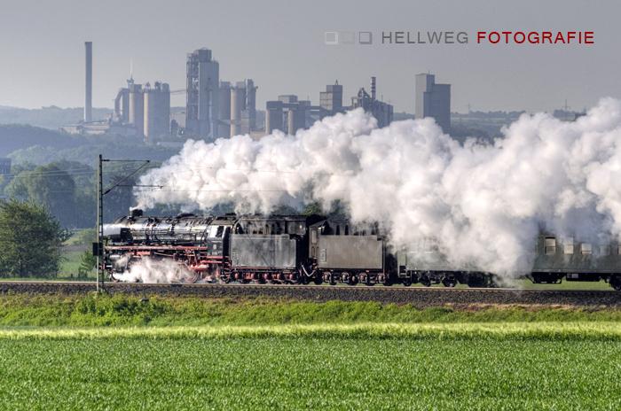 Schnellzugdampflok 01-1066 rauscht an Geseke vorbei