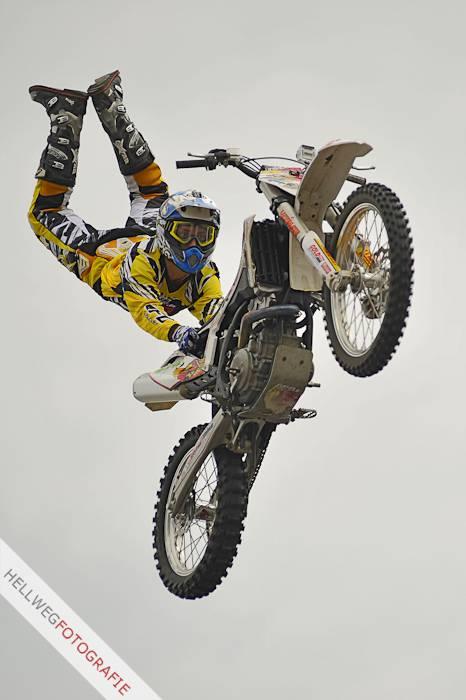 Hexenstadtfest - Motocross-Freestyler fliegen durch Geseke