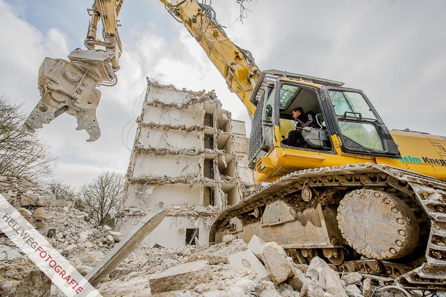 Abrissbagger bauen Ruine auf